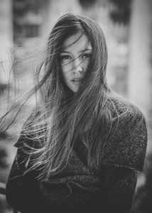 portret kobiety w wietrze