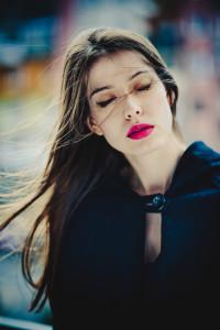 kobieta z czerwoną szminką i rozwianymi włosami