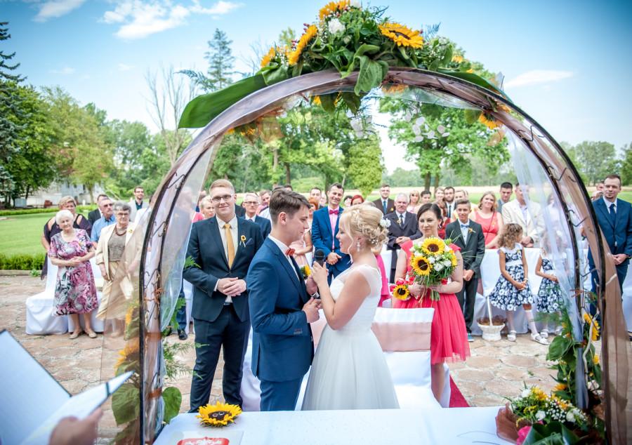 przysięga Pary Młodej podczas plenerowego ślubu