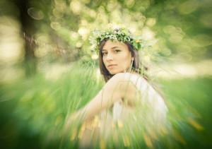 dziewczyna w wianku siedzi w trawie