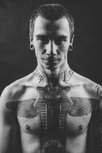 portret chłopaka z tatuażami