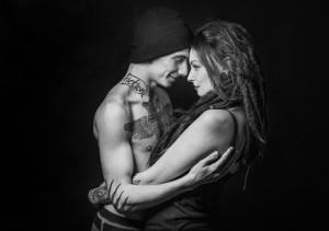 fotograf lubin, przytulająca sie para z tatuażami