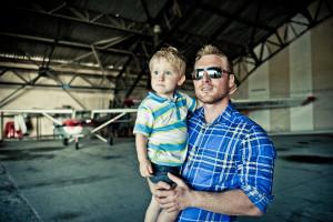 tata z synem w hangarze lotniczym
