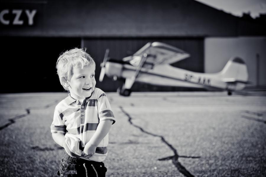chłopiec na płycie lotniska