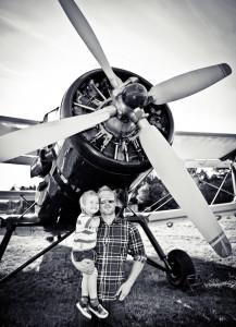 tata i syn obok samolotu
