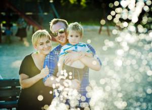 rodzina skąpana w kroplach wody