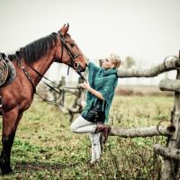 kobieta i koń na padoku