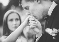 pan młody całuje żonę w rękę