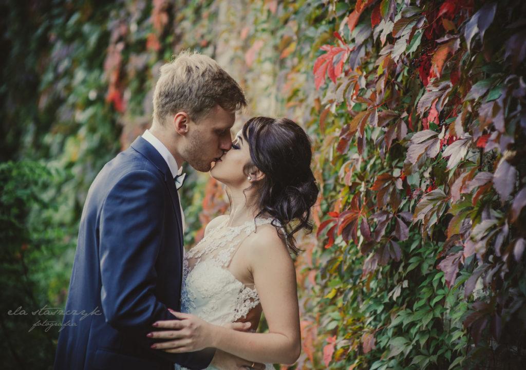 fotograf głogów, całująca sie para młoda