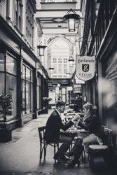 fotograf lubin, fotografia ślubna lubin, fotograf jelenia góra, fotograf lubin, randka, kobieta i mężczyzna siedza przy stoliku