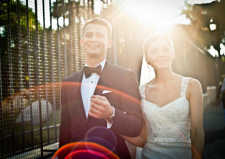 fotograf lubin, para młoda idąca w blasku słońca
