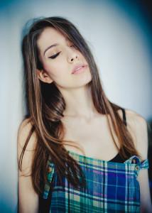 piękna kobieta z zamkniętymi oczami