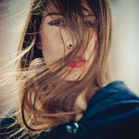 piękna kobieta z czerwoną szminką