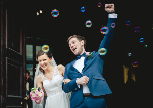 bańki mydlane wyjście pary młodej z kościoła ślubn głogów