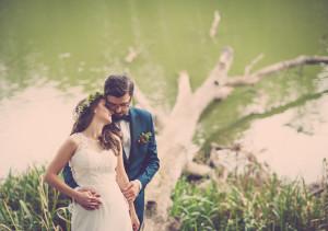 fotograf lubin, Para młoda przytula się nad jeziorem