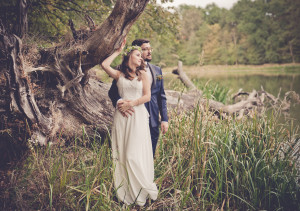 fotograf legnica, para młoda stoi na brzegu jeziora