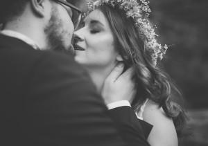 ślub para młoda się całuje, ona ma wianek