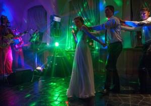zabawa weselena przy światłach scenicznych