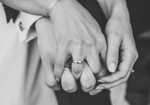 dłonie pary małżeńskiej