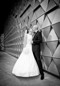 Para młoda całuje się na tle ściany budynku green house we Wrocławiu