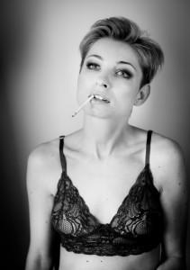 dziewczyna z papierosem