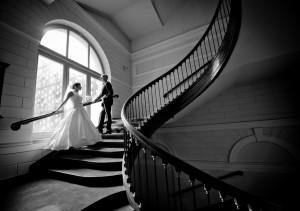 Para młoda w slimakowej klatce schodowej