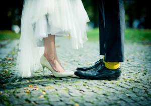 buty pary młodej żółte skarpetki na bruku