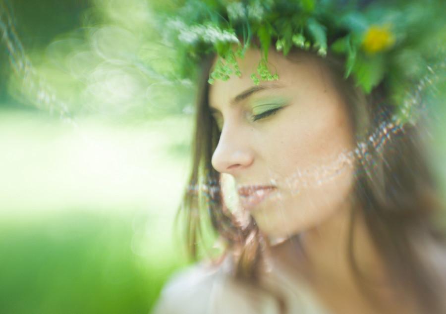 dziewczyna w wianku z zamkniętymi oczami