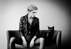 dziewczyna w skórzanej kórtce z czarnym kotem