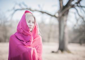 dziewczyna w różowym kapturze