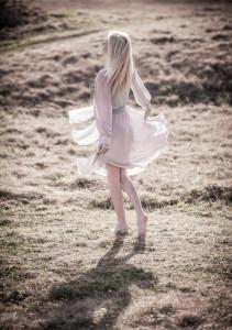 dziewczyna wituje w tańcu w przejrzystej sukience