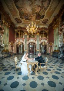 para młoda siedzi przy stole w paacowym wnętrzu, sala maximus, Zamek Książ