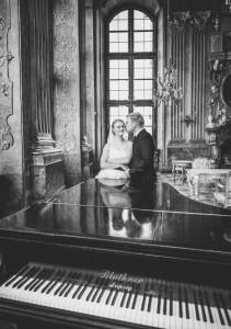 Para młoda przy fortepianie