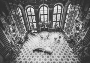Para młoda lezy na podlodze w pałacowym wnętrzu, zamek Książ