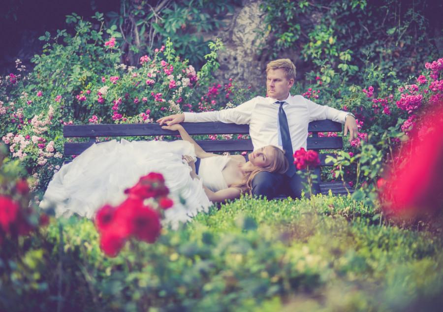 Para Młoda w ogrodzie różanym