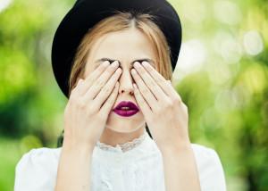 dziewczyna zasłaniająca oczy