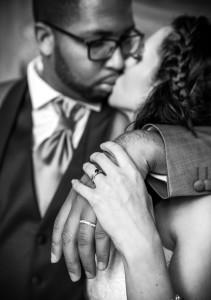 fotograf głogów, pocałunek pary młodej