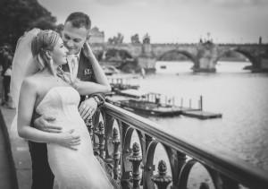 Para młoda patrzy na rzekę w Pradze