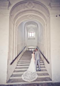 para młoda fotograf lubin wchodzi po schodach biało