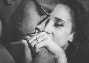 mężczyzna całuje dłoń ukochanej