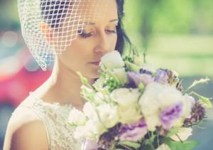 Panna Młoda wacha bukiet kwiatów