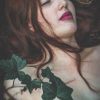 leżąca dziewczyna z zamkniętymi oczami w bluszczu zielony