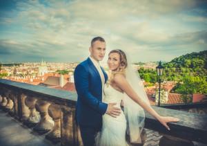 para młoda na tle panoramy Pragi