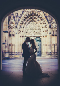 Para młoda na tle katerdy w Pradze