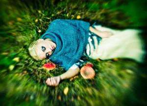 dziewczyna leżąca na trawie