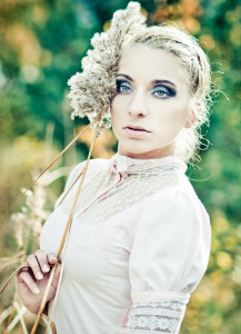 portret dziewczyny w jesiennej przyrodzie