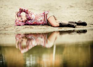 dziewczyna leżąca na plaży