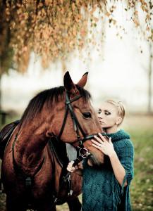 dziewczyna z koniem w jesiennej przyrodzie