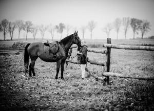 dziewczyna i koń na polu