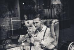 mężczyzna pijący z filiżanki